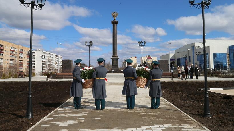 Дмитров, памятная стела в честь звания города воинской славы; фотограф татьяна юни; дата съёмки 10 июня 2011 г